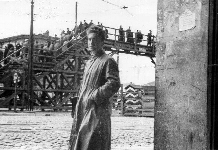 The photographer Mendel Grosman in Koscielna Square in the Lodz ghetto, next to a pedestrian overpass connecting two parts of the ghetto.
