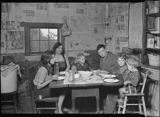 800px-Scott's_Run,_West_Virginia._Employed_miner's_family_-_Sessa_Hill_-_This_picture_was_taken_at_the_natural_supper_hour...._-_NARA_-_518391.jpg