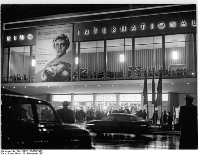 "Bundesarchiv_Bild_183-B1116-0002-001,_Berlin,_Kino_""International"",_Nacht.jpg"