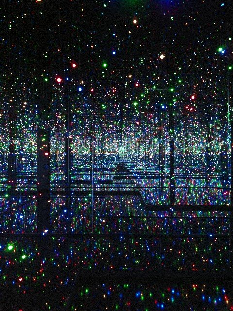 yayoi-kusama-studio-infinity-mirrored-room-filled-with-the-brilliance-of-life-2011.jpg